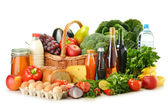 Boodschappen in rieten mand met inbegrip van groenten en fruit — Stockfoto