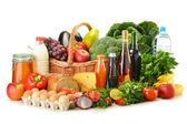 épicerie dans le panier en osier, y compris les fruits et légumes — Photo
