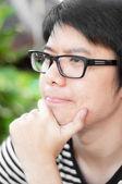 Asiático chinês tailandês sorriu homem inteligente com óculos pensando cônsul — Foto Stock