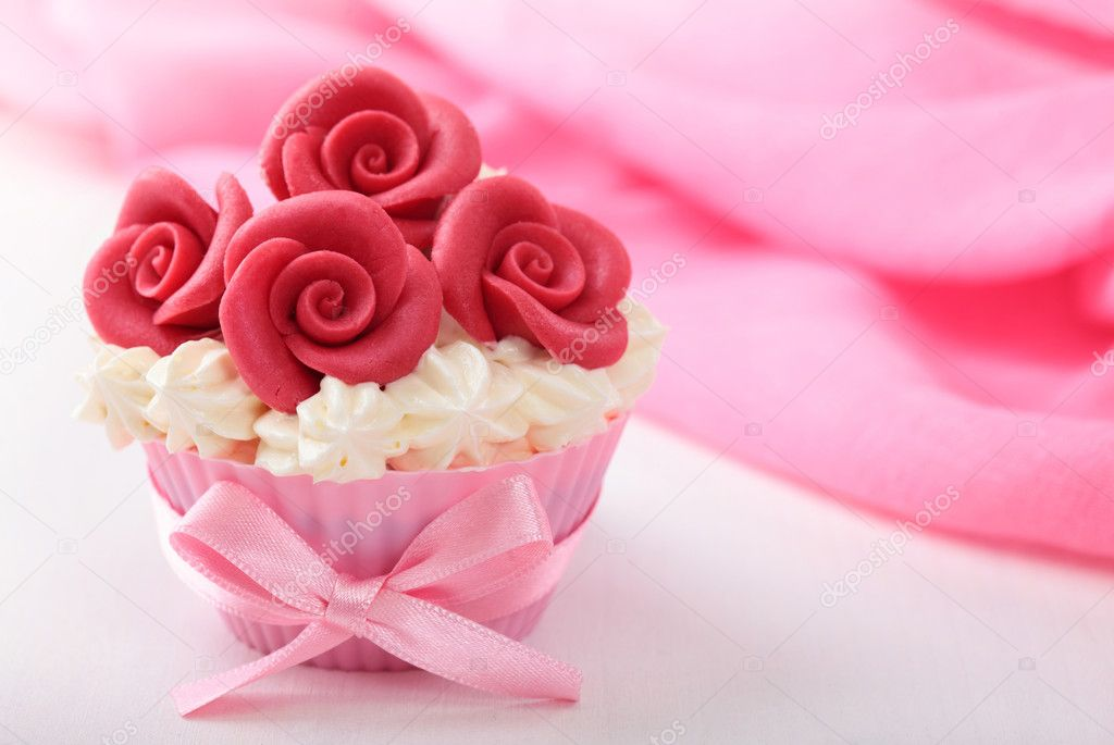 Cup cake with red marzipan roses  Lizenzfreies Foto #6981532