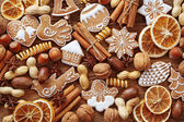 Gingerbread cookies and spices — Stock Photo