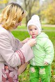 Ma と小さな美しい女の子 — ストック写真