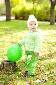 Petite belle fille en costume vert sur vert clairière en automne — Photo