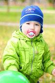 Le petit garçon avec un mannequin et une boule sur une clairière verte — Photo