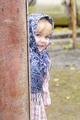 Mała sunia w ciemny niebieski szalik wychodzi z rundy zboże — Zdjęcie stockowe