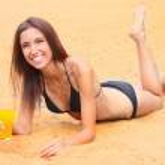 Das junge Mädchen hat eine Pause an einem Holz Strand — Stockfoto #6980054