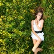 Young girl lying on meadow — 图库照片