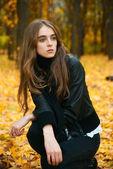 Młoda dziewczyna w drewno jesień — Zdjęcie stockowe