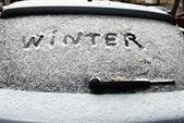 Inschrift Winter auf Schnee auf das Heckfenster des Autos — Stockfoto