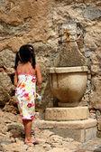 Niño en la fuente — Foto de Stock