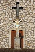 Crocifisso prima una cappella — Foto Stock