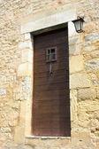 Staré dveře v obci castelnaud — Stock fotografie