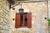 старое окно в деревне castelnaud — Стоковое фото