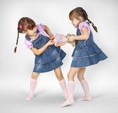 Niñas gemelas luchando — Foto de Stock