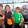 Family on platform of Empire State building enjoys the vacation — Stock Photo