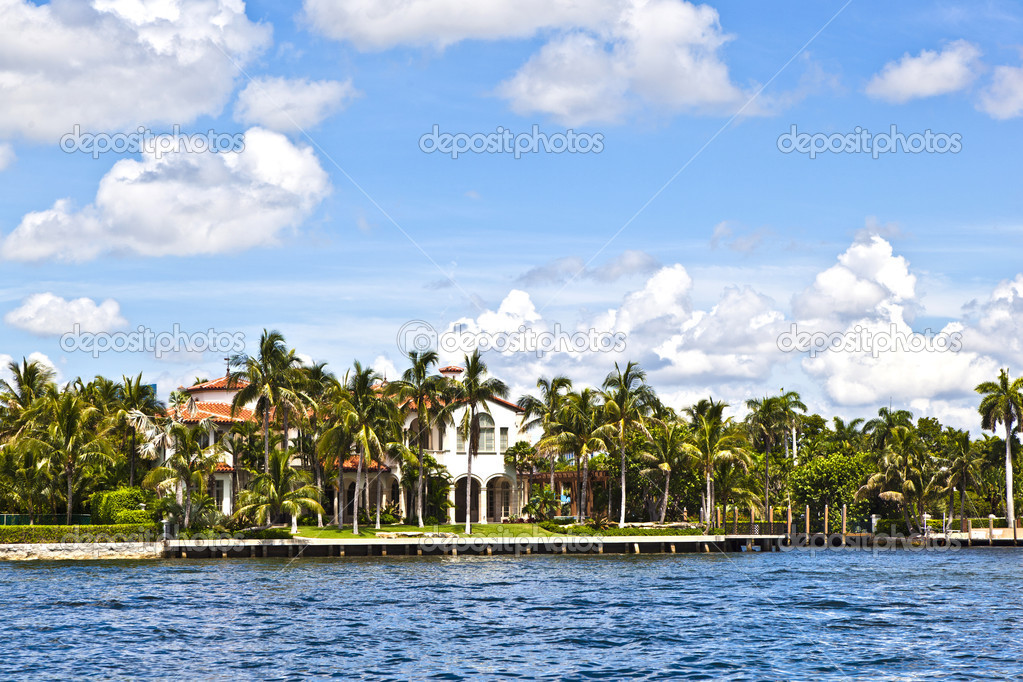 View to beautiful houses from the canal in Fort Lauderdale — Stock Photo #7195464