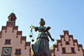 Estatua de la justicia frente a la romer en frankfurt - Alemania — Foto de Stock
