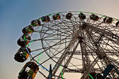 Enjoy the big wheel in the amusement park in Delhi in fro — Photo