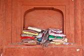 религиозные книги в окне в мечеть джама масджид, старый дели, в — Стоковое фото