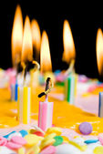 Yanan doğum günü mumları yakın çekim — Stok fotoğraf