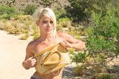 Blond modelu w pustyni — Zdjęcie stockowe