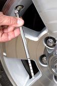 Checking tire pressure — Stock Photo