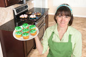 Homemaker holding cupcakes — Stock Photo