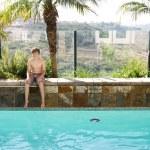 ragazzo e piscina — Foto Stock