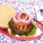 vierde juli hamburger — Stockfoto