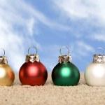 Vánoční ozdoby na pláži — Stock fotografie
