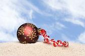 Christmas ornament on beach — 图库照片