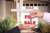 Realator handing over keys to home buyer — Stock Photo