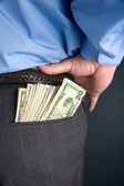 бизнесмен с наличными в заднем кармане — Стоковое фото