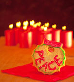 """Wreath shaped Christmas cookie with """"peace"""" icing — Stock Photo"""