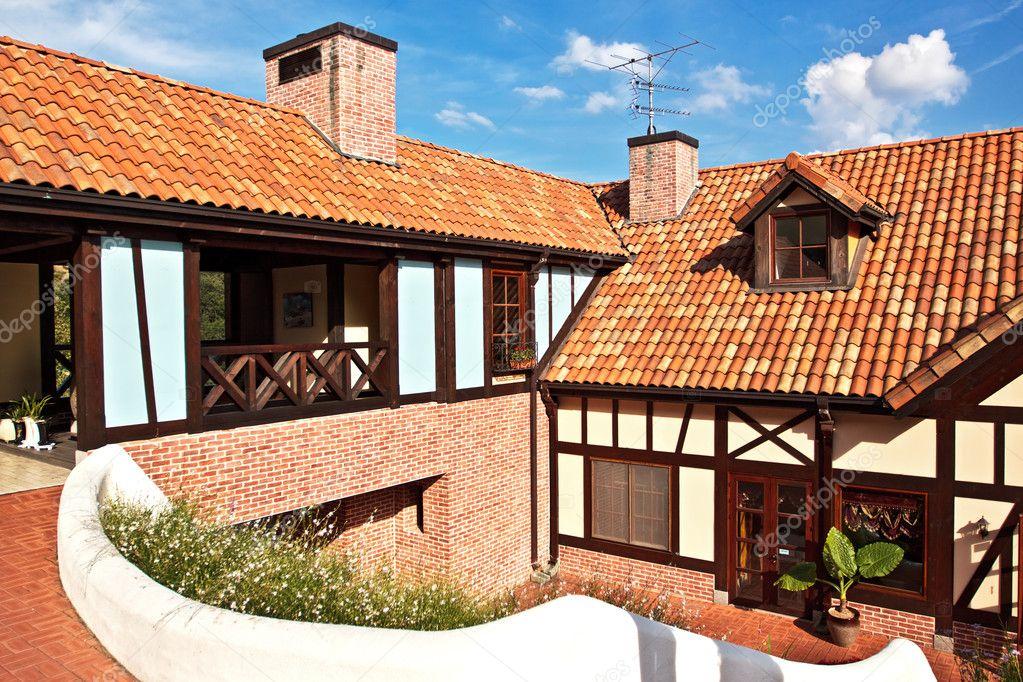 Una casa con techo de tejas rojas foto de stock for Imagenes de casa con techos de tejas