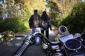 Casal de motociclistas a pé — Foto Stock