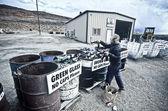 Femme recycle des bouteilles en verre. — Photo