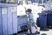 Jeune garçon recycle plastique. — Photo
