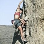 grimpeur accroché à une falaise — Photo