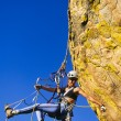 Female climber clinging to a cliff. — Foto de Stock