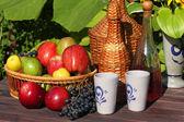 Košík ovoce v tabulce - podzimní ovoce — Stock fotografie