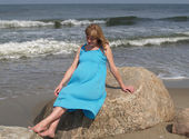 The pregnant woman relthe shore of the baltiaxing on sea — Stock Photo