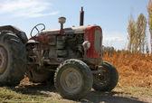 Gebruikt in het oude model van een trekker in het veld — Stockfoto