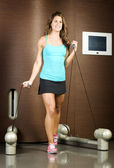 Fitness trainer using gym machine — 图库照片