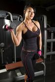 Asijské žena cvičit s hmotností v tělocvičně — Stock fotografie