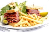 Sándwich de carne y ahumado con frys y césar — Foto de Stock