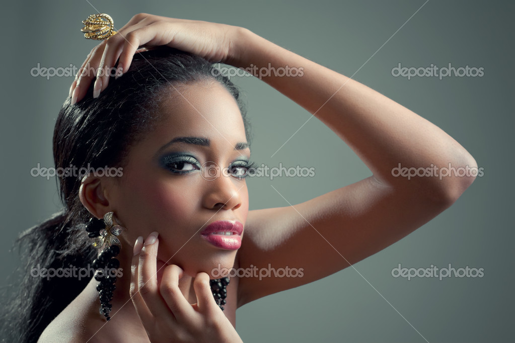 Young beautiful sensual black woman with fashionable golden jewellery — Stock Photo #6944779