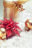 Composizione di natale con decorazioni: candela, palline e stelle — Foto Stock