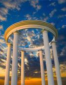 Arch avec colonnes au coucher du soleil — Photo