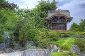 Jardín acuático japonés con características de roca y pagoda — Foto de Stock